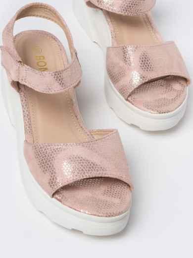 Розовые босоножки с питоновой фактурой на массивной подошве - 49801, фото 2 – интернет-магазин Dressa