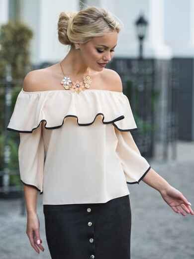 Бежевая блузка с горловиной на резинке и широким воланом - 13236, фото 1 – интернет-магазин Dressa