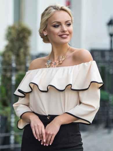 Бежевая блузка с горловиной на резинке и широким воланом - 13236, фото 3 – интернет-магазин Dressa