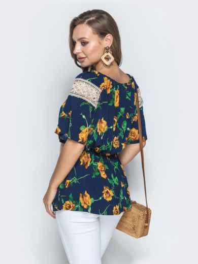 Синяя рубашка с цветочным принтом и гипюровыми вставками - 39202, фото 3 – интернет-магазин Dressa