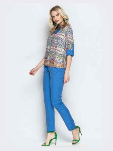 Брючный комплект с принтованной блузкой голубой - 21182, фото 2 – интернет-магазин Dressa