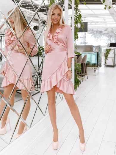 Платье на запах с оборкой по вырезу пудровое - 48015, фото 2 – интернет-магазин Dressa