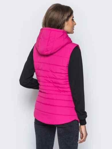 Малиновый стёганый жилет с капюшоном и карманами - 14695, фото 2 – интернет-магазин Dressa