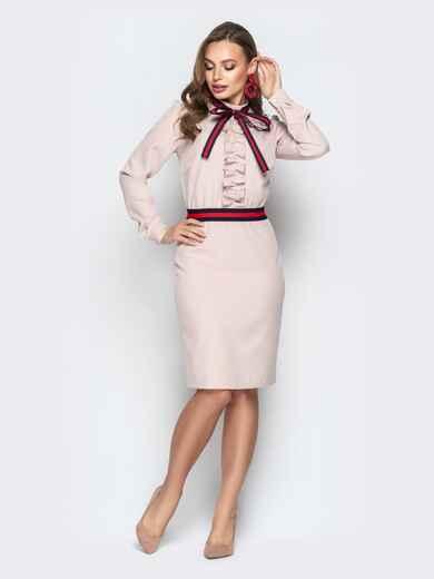 Пудровое платье приталенного кроя с контрастной лентой - 20436, фото 1 – интернет-магазин Dressa