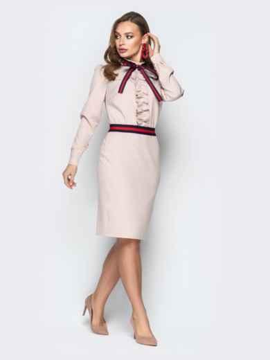 Пудровое платье приталенного кроя с контрастной лентой - 20436, фото 2 – интернет-магазин Dressa