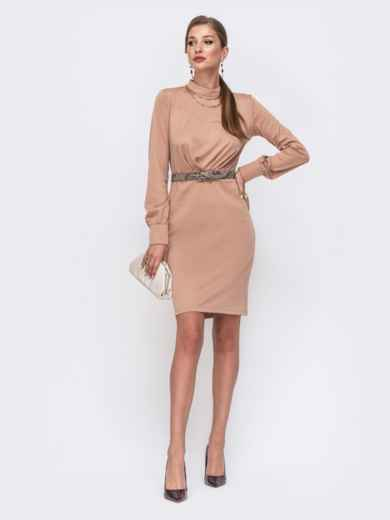 Приталенное платье с воротником-стойкой бежевое 49431, фото 1