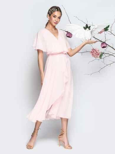 Пудровое платье из шифона с запахом и широкими воланами - 21303, фото 1 – интернет-магазин Dressa