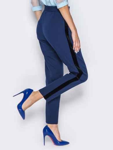 Синие брюки с велюровыми лампасами - 13209, фото 2 – интернет-магазин Dressa