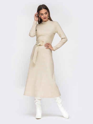 Расклешенное платье из трикотажа молочного цвета с поясом 55318, фото 1