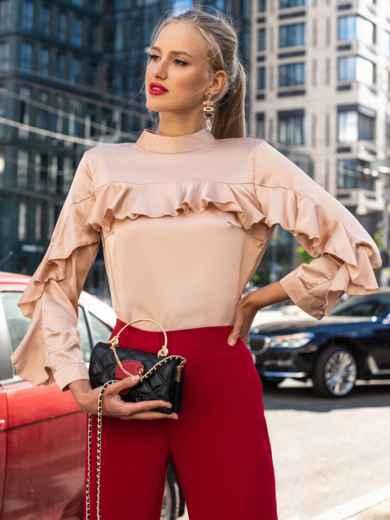 Шелковая блузка с оборкой по лифу и рукавам бежевая 49440, фото 1