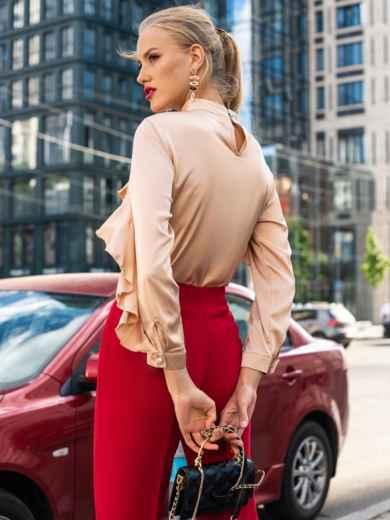 Шелковая блузка с оборкой по лифу и рукавам бежевая 49440, фото 4