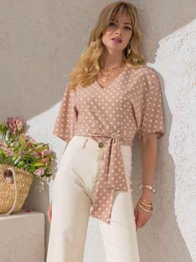 Укороченная блузка в горох с V-вырезом бежевая - 49185, фото 1 – интернет-магазин Dressa