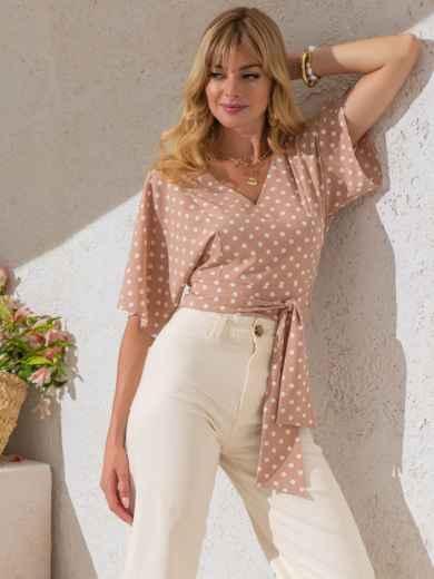 Укороченная блузка в горох с V-вырезом бежевая - 49185, фото 3 – интернет-магазин Dressa