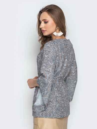 Принтованная блузка с рукавом-колокол и поясом серая - 20505, фото 2 – интернет-магазин Dressa