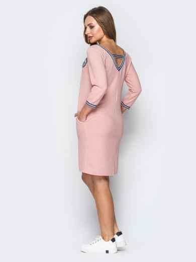 Розовое платье с широким V-вырезом и эмблемой - 19922, фото 2 – интернет-магазин Dressa