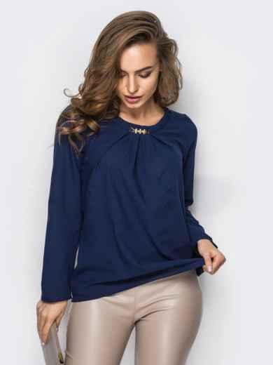 Тёмно-синяя блузка свободного кроя со складками по горловине - 12307, фото 2 – интернет-магазин Dressa
