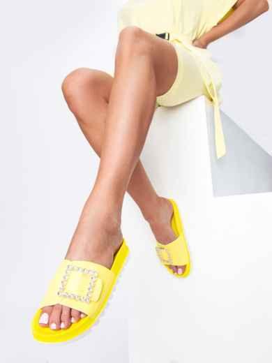 Желтые  шлепанцы с белой рельефной подошвой  - 49748, фото 1 – интернет-магазин Dressa