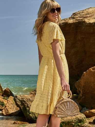 Желтое платье из прошвы с резинкой по талии - 48228, фото 2 – интернет-магазин Dressa