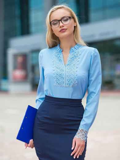 Голубая блузка с кружевом на полочке и манжетами из гипюра - 14292, фото 2 – интернет-магазин Dressa