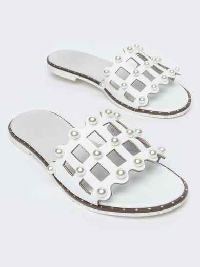 Белые шлёпанцы с перфорацией и жемчужинами - 21781, фото 1 – интернет-магазин Dressa