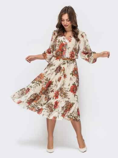 Бежевое платье с цветочным принтом и оборкой по низу - 45456, фото 1 – интернет-магазин Dressa