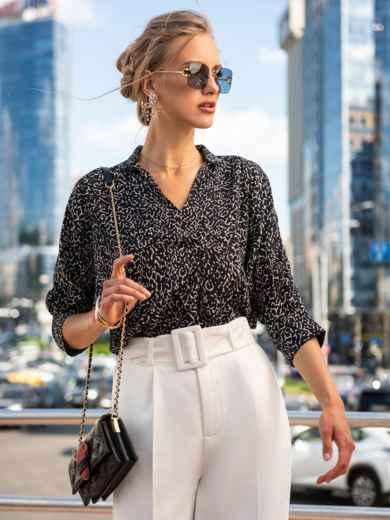 Атласная блузка с принтом и V-образным вырезом чёрная 49520, фото 1