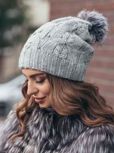 Светло-серая вязаная шапка с бусинами и бубоном - 15481, фото 3 – интернет-магазин Dressa