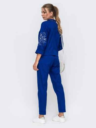 Синий комплект из рубашки с вышивкой на рукавах и брюк 49476, фото 3