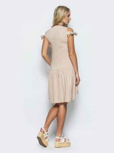 Платье с открытыми плечами и оборкой снизу бежевое 36124, фото 3