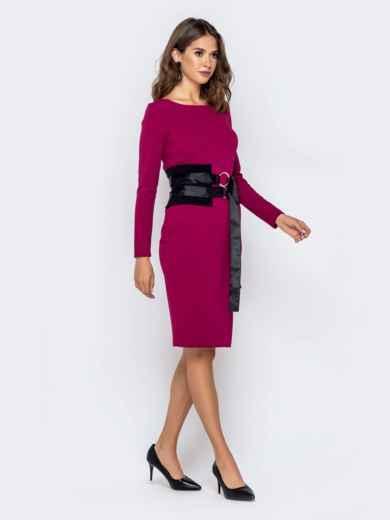 Обтягивающее платье малинового цвета с контрастным поясом 40946, фото 2