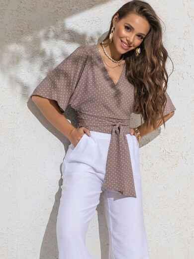 Укороченная блузка бежевого цвета в горох с V-вырезом 49186, фото 1