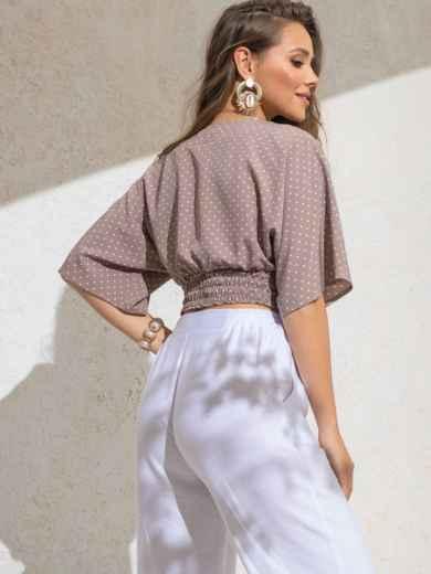Укороченная блузка бежевого цвета в горох с V-вырезом 49186, фото 3