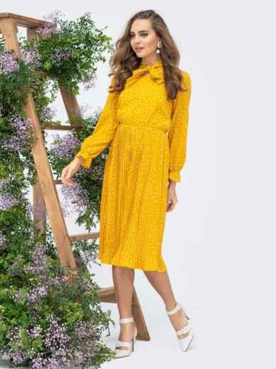 Горчичное платье в горох с воротником-аскот и юбкой-плиссе - 44830, фото 2 – интернет-магазин Dressa