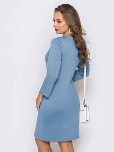 Платье приталенного кроя с V-вырезом голубого цвета 49777, фото 3