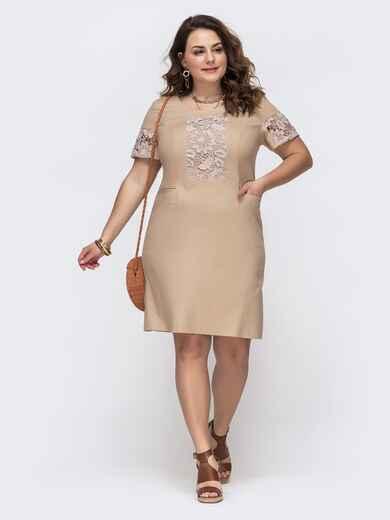 Приталенное платье батал с ажурными вставками бежевое 46142, фото 1