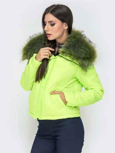 Укороченная куртка с объемным воротником из меха салатовая - 41305, фото 2 – интернет-магазин Dressa