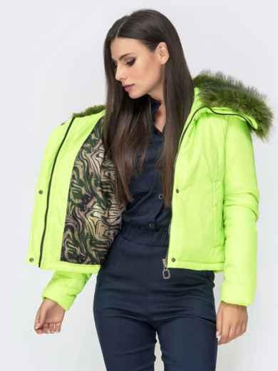 Укороченная куртка с объемным воротником из меха салатовая - 41305, фото 4 – интернет-магазин Dressa