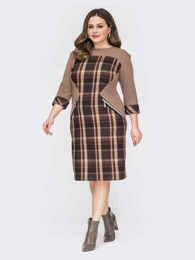 Приталенное платье батал с фигурной вставкой в клетку коричневое 53242, фото 1