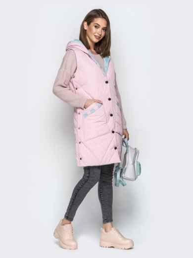 Удлиненный жилет с капюшоном и накладными карманами розовый - 20254, фото 2 – интернет-магазин Dressa