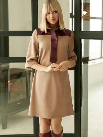 Замшевое платье-рубашка бежевого цвета с кокеткой из экокожи 52968, фото 1