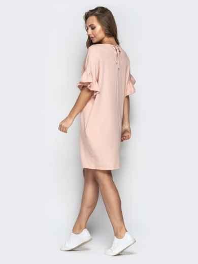 Пудровое платье свободного кроя с воланами на рукавах - 21340, фото 3 – интернет-магазин Dressa
