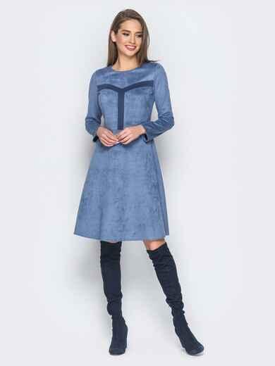 Замшевое платье голубого цвета с контрастными вставками на полочке - 18296, фото 1 – интернет-магазин Dressa
