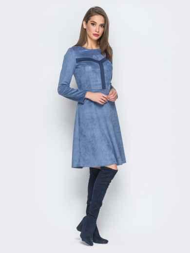 Замшевое платье голубого цвета с контрастными вставками на полочке - 18296, фото 2 – интернет-магазин Dressa