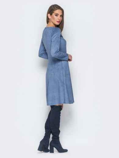 Замшевое платье голубого цвета с контрастными вставками на полочке - 18296, фото 3 – интернет-магазин Dressa