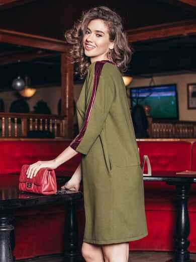 Платье цвета хаки с велюровыми лампасами - 19172, фото 1 – интернет-магазин Dressa