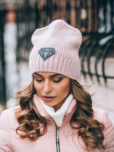 Розовая шапка на флисе с нашивкой со стразами - 14816, фото 2 – интернет-магазин Dressa