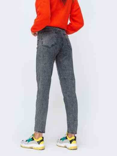 Серые джинсы-мом с вышивкой на кармане - 43110, фото 2 – интернет-магазин Dressa