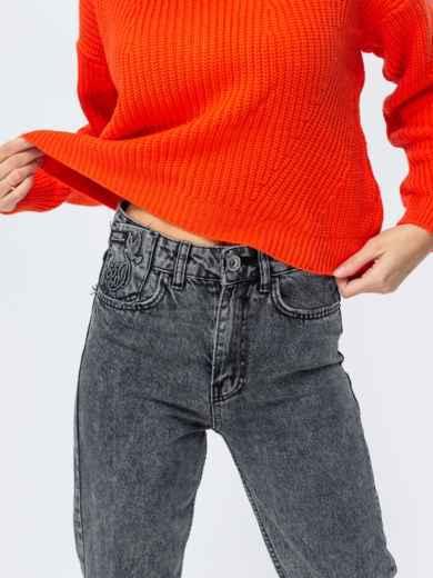 Серые джинсы-мом с вышивкой на кармане - 43110, фото 3 – интернет-магазин Dressa