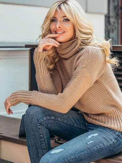 Бежевый укороченный вязаный свитер с высоким воротником 50393, фото 1