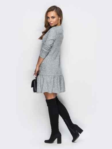 Трикотажное платье свободного кроя с широкой оборкой серое - 13751, фото 2 – интернет-магазин Dressa